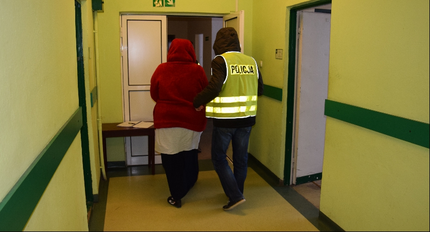 Zdjęcie przedstawia podejrzaną Skierniewiczankę, która miała dopuścić się wyłudzenia pieniędzy.